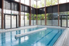 La balnéothérapie du centre est constituée de deux bassins : un bassin de rééducation et un couloir de marche.