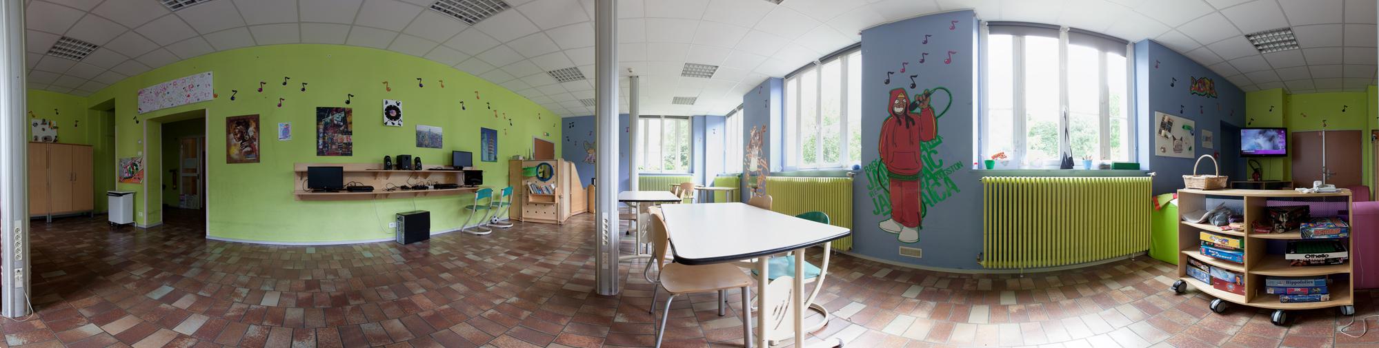 Cette salle constitue une des 4 salles d'activités éducatives disponibles au rez-de-chaussée du secteur pédiatrique. Celle-ci est dédiée aux adolescents.