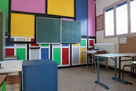 Les salles de cours se situent dans l'enceinte du centre au sein d'un bâtiment annexe au bâtiment principal : une salle par double niveau. Exemple ci-dessus : salle de cours des 6ème-5ème.