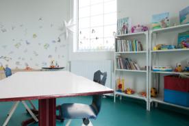 La salle d'activités Arc-en-ciel est le lieu de prise en charge éducative des enfants présentant des déficiences et incapacités d'origine neurologique (paralysies cérébrales, troubles sévères des apprentissages, polyhandicap). Les enfants y sont pris en charge par des aides-médico-psychologiques.