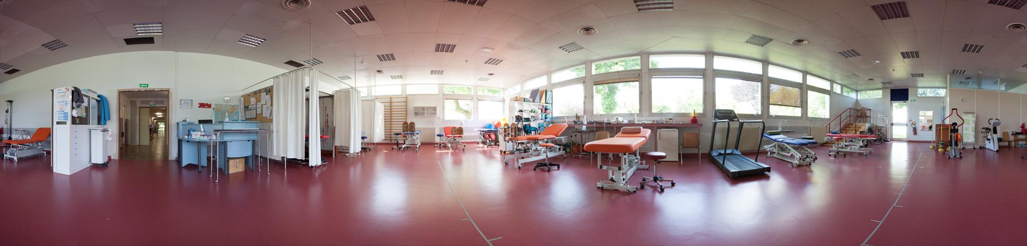Cette salle constitue la salle principale de rééducation pédiatrique, située au rez-de-chaussée du bâtiment. Elle dispose de boxs indivuels sur les espaces latéraux permettant des prises en charge dans le respect de l'intimité.